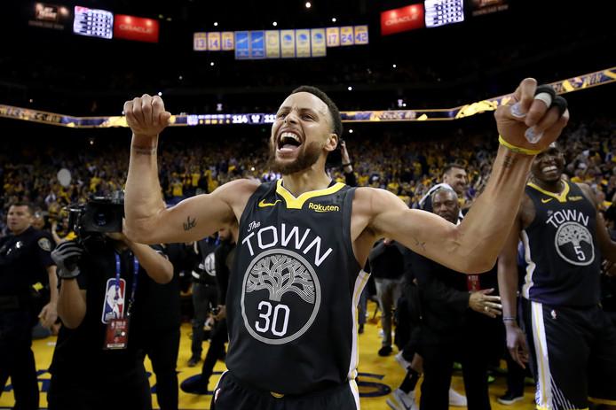 Stephen Curry is door het dolle heen na de tweede overwinning op Portland.