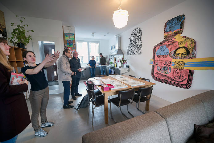 Kunst op de koffie. Bewoners van het Spijkerkwartier in Arnhem stellen hun huis ter beschikking als pop-up galerie.