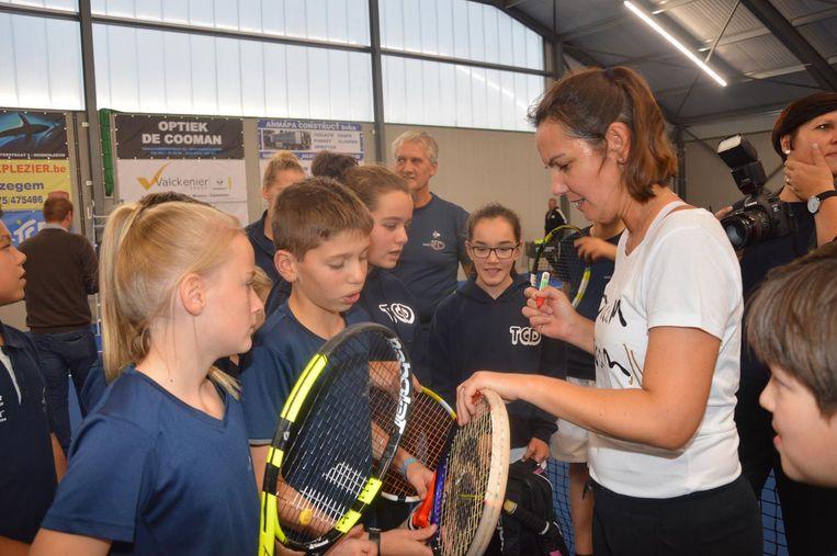 Dominique Monami deelde na de initiatie in de nieuwe tennishal handtekeningen uit aan de jeugdspelers.