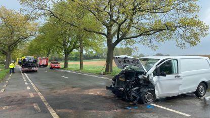 60-jarige man overleden bij frontale botsing tussen bestelwagen en Porsche