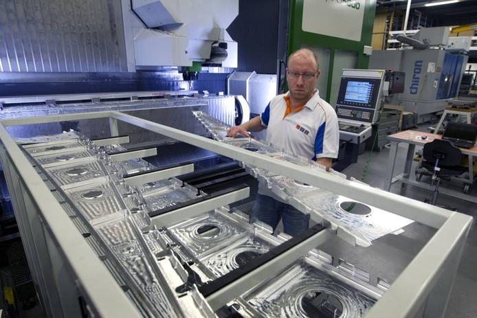 Een medewerker van KMWE tijdens de productie van vliegtuigflaps. foto Kees Martens