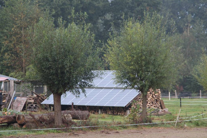 Wat de een slim combineert als dek boven brandhout, mag een ander niet net buiten het erf in de wei plaatsen.