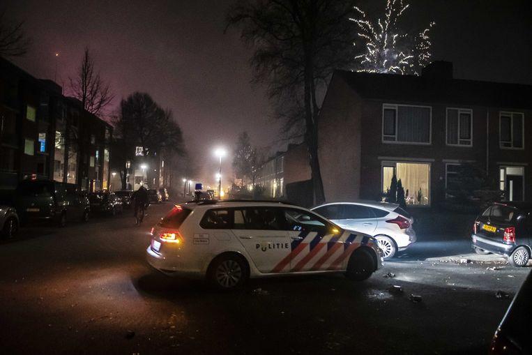 Politie tijdens Oud en Nieuw vorig jaar in de wijk Paddepoel in Groningen. Beeld null