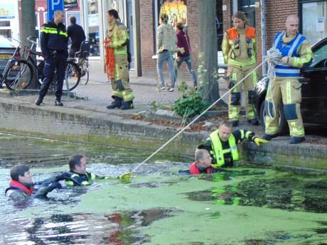 Brandweer doorzoekt gracht Broerhuisstraat voor vermiste vrouw