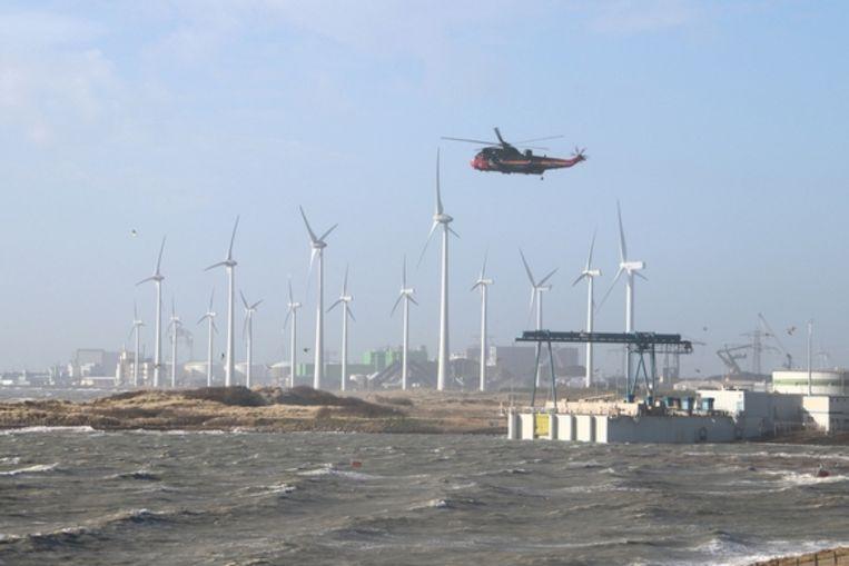 Een reddingshelikopter zoekt naar de vermiste opvarende van het gezonken schip.