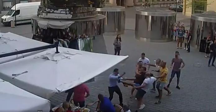 Camera's legden de vechtpartij vast.