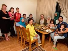 Raadsleden nemen deel aan de iftar