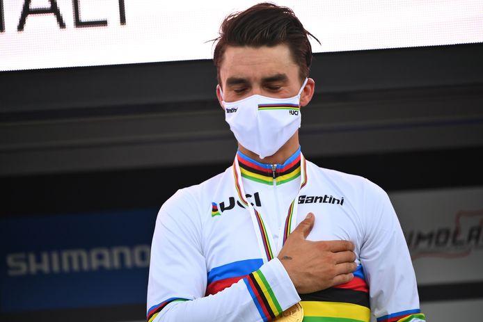 Des larmes de joie pour Julian Alaphilippe qui, en endossant le maillot arc-en-ciel, réalise un rêve de gosse.