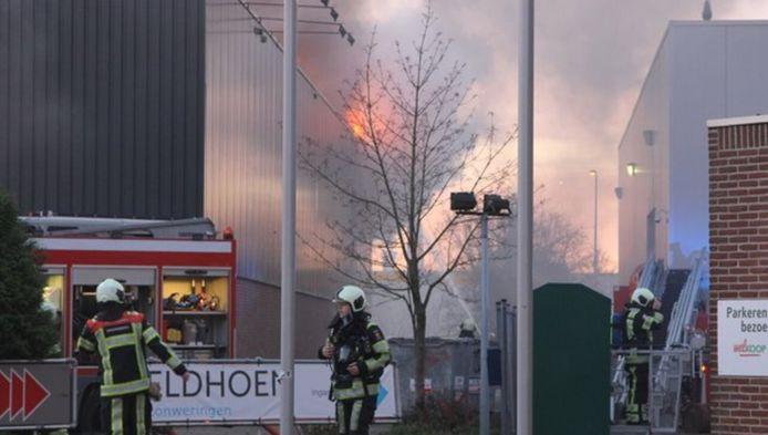 De brand in het gebouw met Carpetright, Kwantum en de feestartikelenzaak, die wellicht voorafgegaan is door een overval.