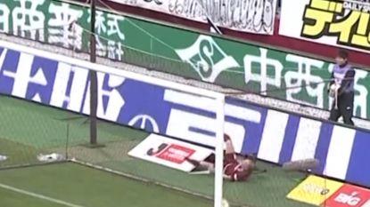 VIDEO. Iniesta geeft prachtige assist maar struikelt daarna over reclamepaneel