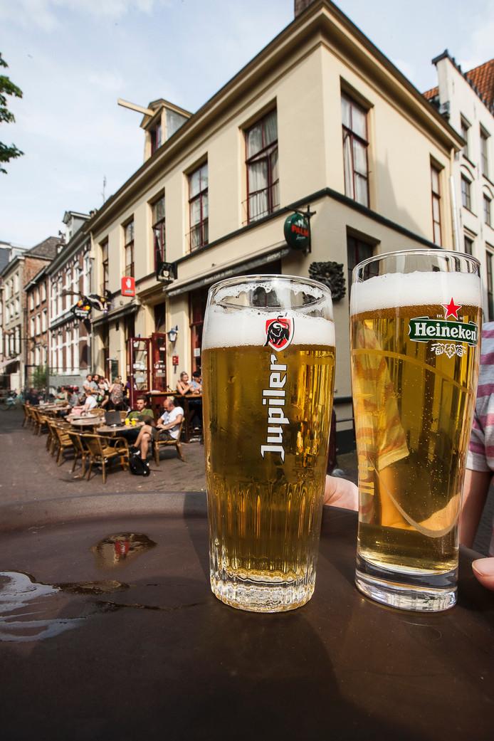 Wordt het Jupiler of Heineken op de tap in café De Heks? Pandeigenaar en uitbater liggen daarover in de clinch. Foto: Ronald Hissink