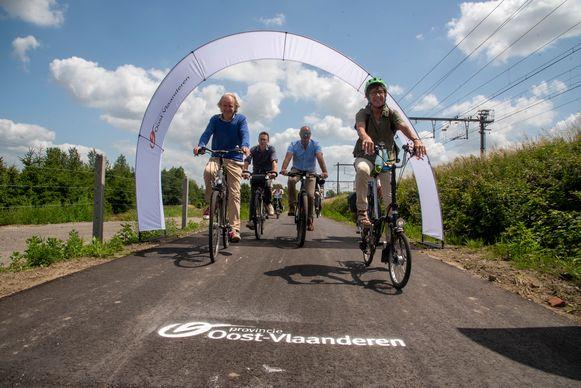 De nieuwe fietssnelweg tussen Wetteren en Schellebelle werd door het schepencollege en gedeputeerde Riet Gillis ingereden.