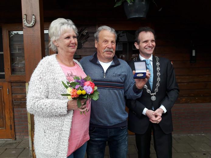 William Frank krijgt de eerste erepenning van de gemeente Berg en Dal. Links zijn vrouw Toos, rechts burgemeester Mark Slinkman.