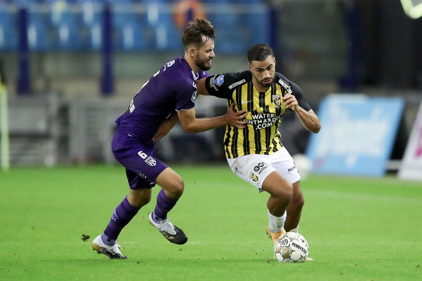 Oussama Tannane (rechts) in actie voor Vitesse