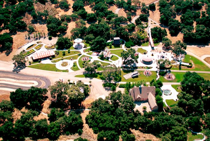 """(FILES) This file photo shows an aerial view of singer Michael Jackson's Neverland Valley Ranch on June 25, 2001 in Santa Ynez, CA. - Michael Jackson's former Neverland Ranch in California has sold to US billionaire Ron Burkle, his spokesman said December 24, reportedly at a steeply discounted price of around $22 million. The late """"King of Pop"""" famously converted his sprawling, gated home into a fairytale-themed retreat -- complete with toy railroad, Ferris wheel and orangutans -- and penned some of his top hits on the ranch. (Photo by Jason Kirk / GETTY IMAGES NORTH AMERICA / AFP)"""