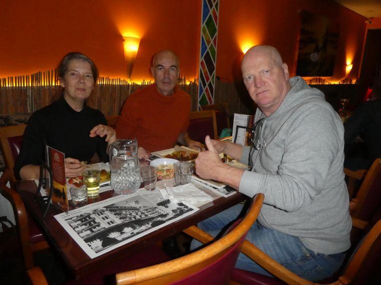 De tafel oorlogsverslaggevers: Antoinette de Jong, Robert Knoth en Arnold Karskens: 'Dit is lekkerder dan aan het front van Eritrea.' Beeld Schuim