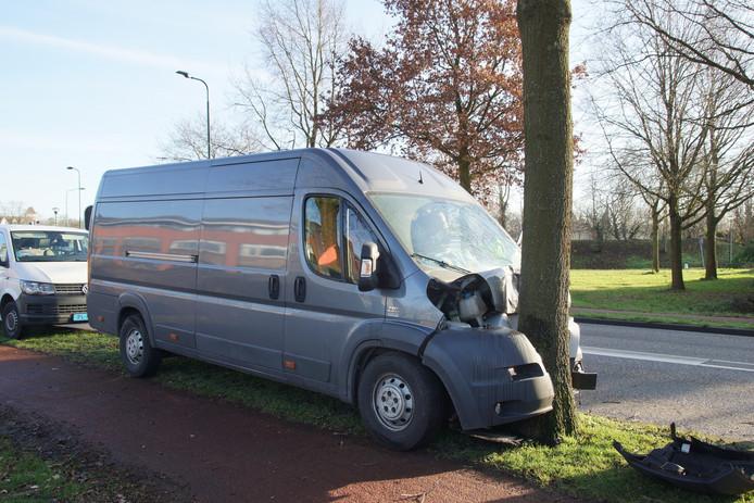 Het busje reed tegen de boom aan op de Europalaan in Kaatsheuvel.