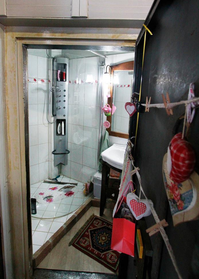 Waar vroeger de kluis was, is nu de badkamer. foto : Gerard van Offeren/Pix4Profs