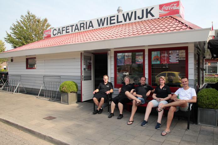 Medewerkers van Cafetaria Wielwijk nemen noodgedwongen pauze vanwege de stroomstoring.