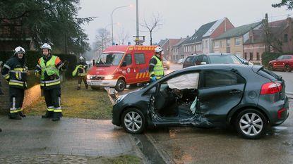 Auto knalt in flank van kerend voertuig