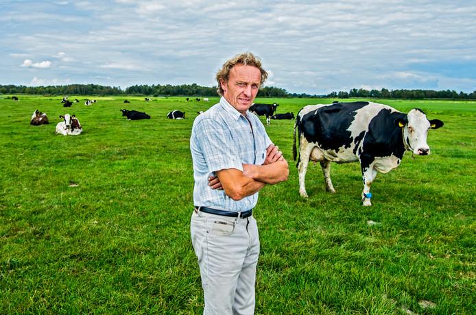 Melkveehouder en LTO-bestuurder Theo Kemp bij zijn koeien in het weiland.