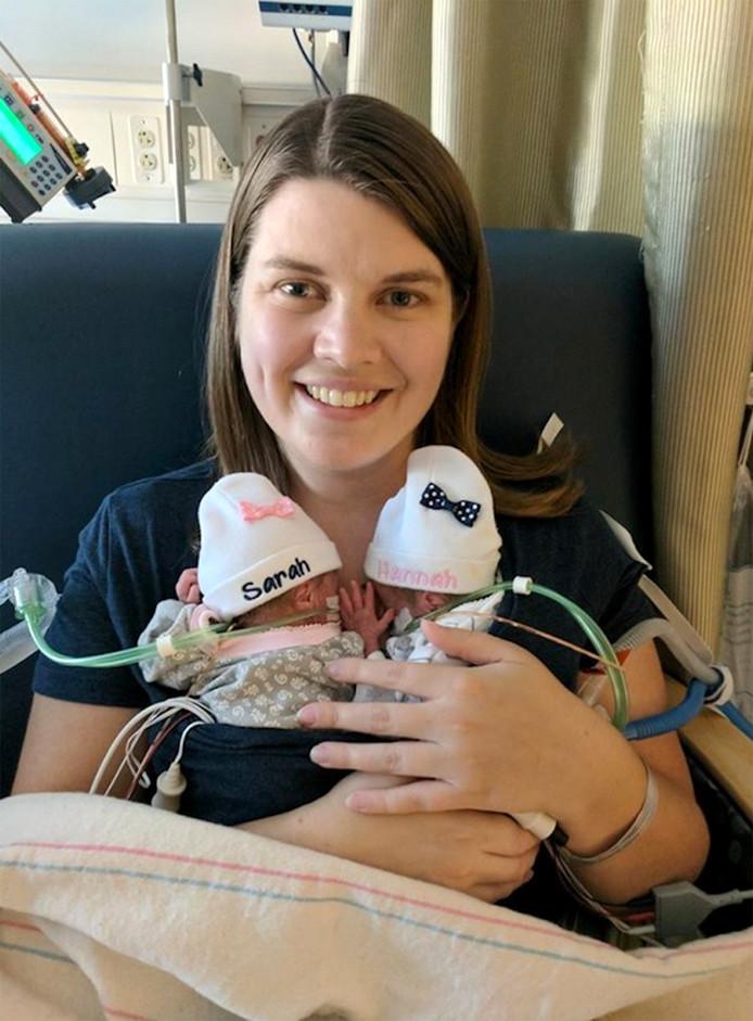 Katie Evans met haar twee kindjes Sarah en Hanah die met 25 weken werden geboren.