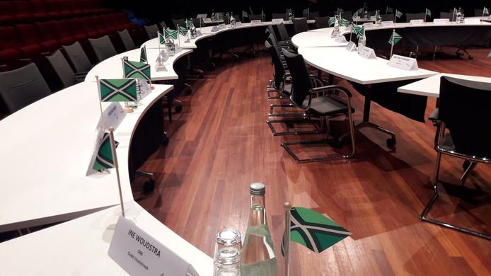 De tafels - inclusief Achterhoekse vlag - staan klaar voor de vergadering van de Achterhoek Raad.