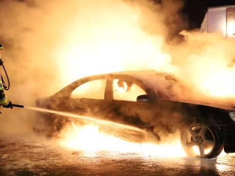 Felle autobrand schrikt nachtelijk Altforst op