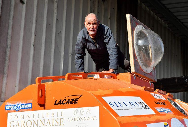 Jean-Jacques Savin maakt zijn ton gereed voor vertrek.