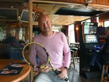 Zingende tennisser Sjakco de Braal gaat niet bij de pakken neer zitten
