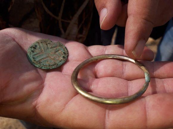 De twee waren vermoedelijk afkomstig van een rijke, misschien zelfs koninklijke, familie. De vele bronzen en gouden sieraden die in het graf werden teruggevonden, bevestigen dat vermoeden.
