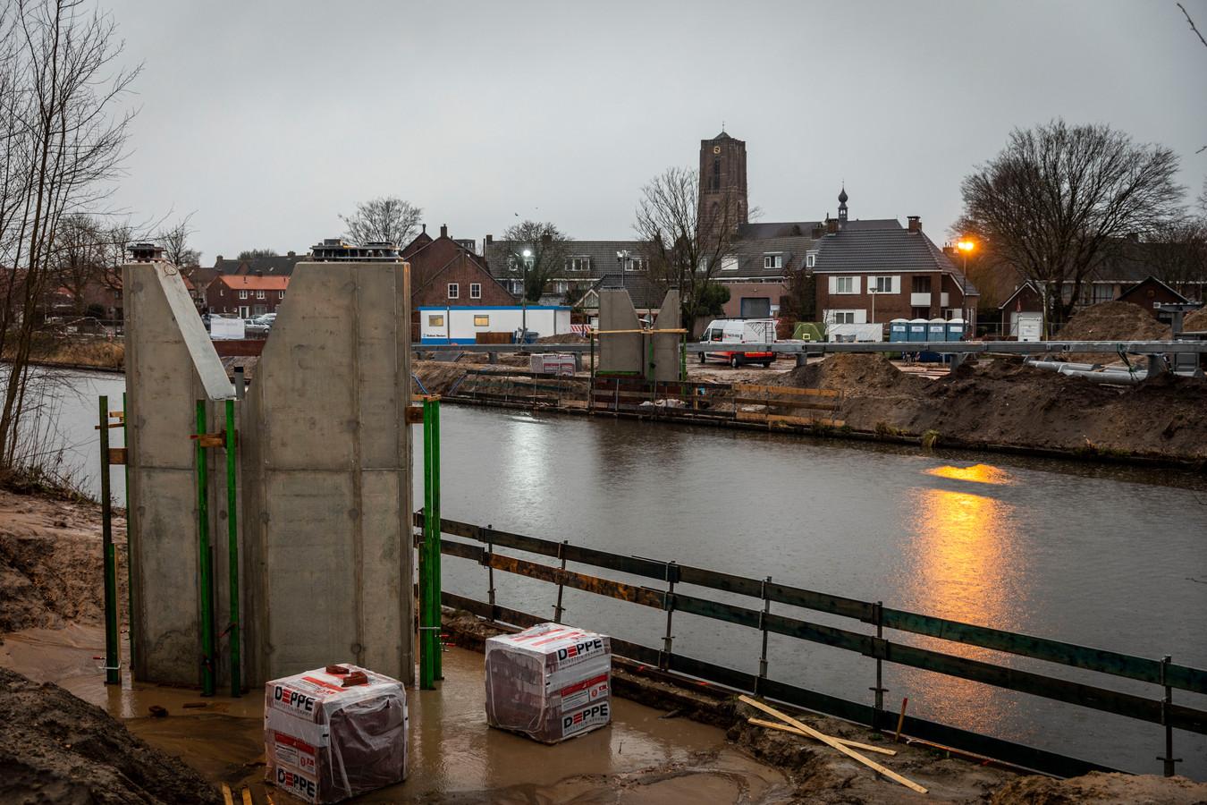 Tussen Moorland en het Oirschotse centrum wordt zaterdag de nieuwe brug aangelegd. De pijlers zijn gereed.