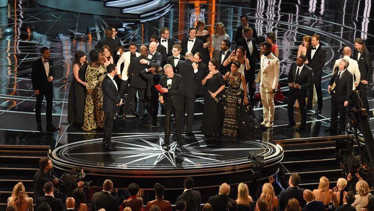 De cast van La La Land en Moonlight, samen op het podium tijdens de Oscar-uitreikingen. Beeld anp