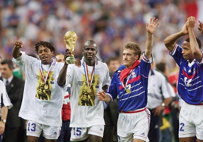Didier Deschamps (tweede van rechts) en Thierry Henry vieren de wereldtitel van 1998.