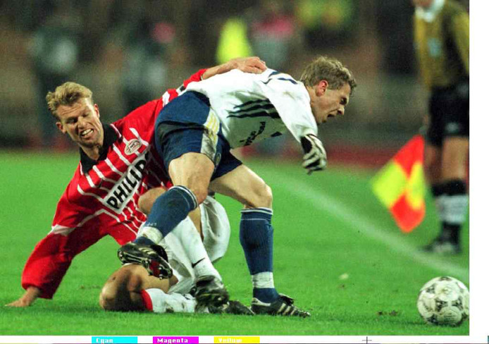 Arthur Numan in duel met Oleh Loezjny tijdens het duel PSV - Dynamo Kiev op 28 november 1997.