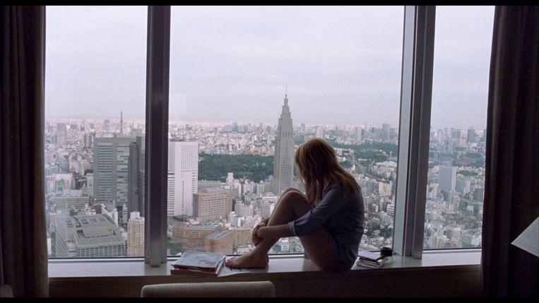 Scarlett Johansson als Charlotte in Lost in Translation, gefilmd in het Park Hyatt Hotel in Tokio. Beeld