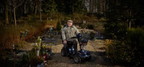 Veteraan Cees Witkam (99) bezoekt het graf van zijn vrouw nog iedere dag