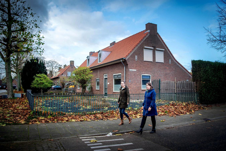 Ester Keizer en Dorien van den Brink op de hoek van de Meidoornstraat en de Ringlaan. De voorste woningen zijn al opgeknapt.