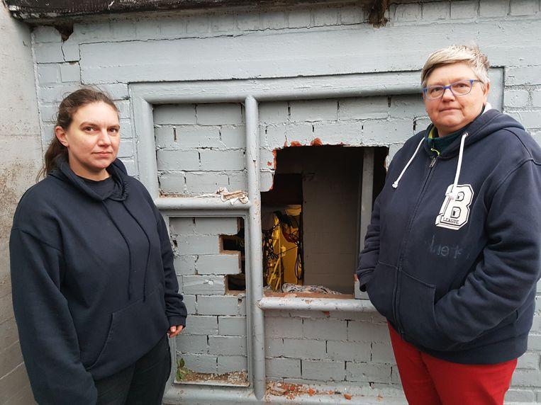 Stephanie Gioncetta en Fabienne De Seck bij het gat in de muur van basis Orka.
