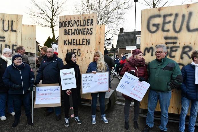 Varik Bewoners van de Borpen Varik en Heesselt protesteren tegen de komst van de hoogwater geul als minister Cora van Nieuwenhuizen en bezoek komt brengen aan de dorpen om zich te laten informeren over de geul