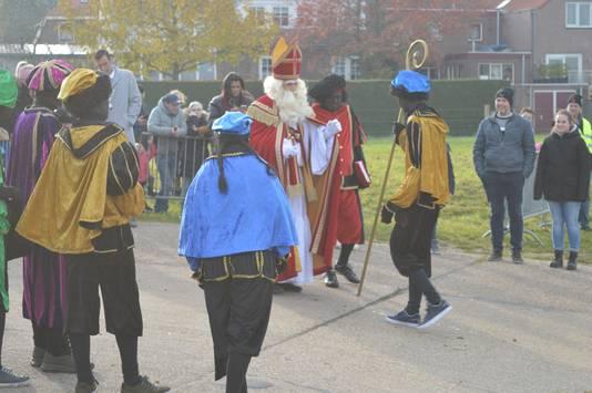 Sinterklaas neemt blij de staf in ontvangst