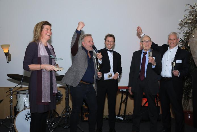 Gedeputeerde Christianne van der Wal, Frank Dekkers, presentator Sander Schimmelpenninck, Frans Dekkers, en Roland Dekkers (vlnr) bij de bekendmaking van het Gelders familiebedrijf van het jaar. DKC Totaaltechniek uit Wijchen sleepte de titel in de wacht.