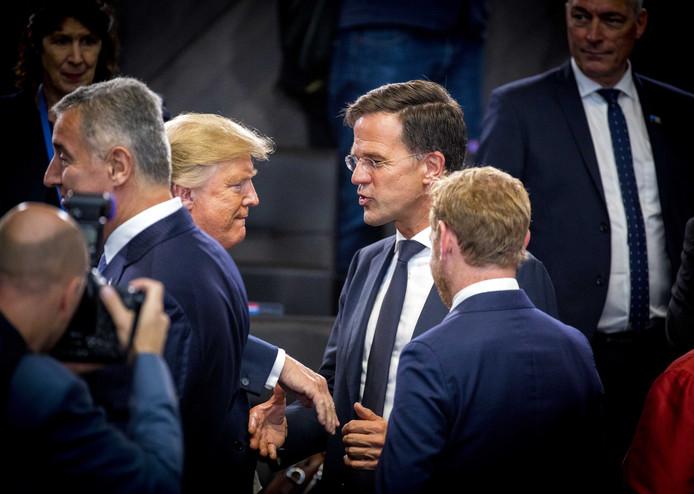 De Amerikaanse president Donald Trump begroet premier Mark Rutte, gisteren, bij het begin van de Navotop. Volgens de premier heeft de plotse interventie van het 'gevoel van urgentie' nog eens benadrukt, maar is er feitelijk niets veranderd.