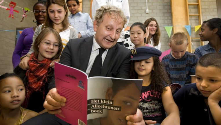 Eberhard van der Laan leest voor op een basisschool in Amsterdam. Foto ANP Beeld