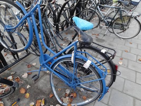 Sommige fietsen worden in fietsenrekken achtergelaten door hun eigenaar. Na verloop van tijd knipt de gemeente de sloten van deze wrakken door en brengt de rijwielen naar het Fietsdepot.