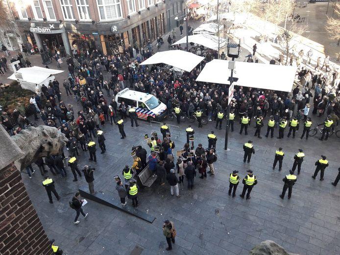 De gemoederen liepen hoog op bij de intocht van Sinterklaas in november 2018, op het Catharinaplein. De groep tegenstanders van Zwarte Piet (voorgrond) werden belaagd door een groep die de zwarte hulp van Sinterklaas wil behouden.
