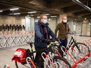 """Nieuwe buurtfietsenstalling onder Teniersplaats geopend: """"Dit moedigt mensen aan meer de fiets te gebruiken"""""""