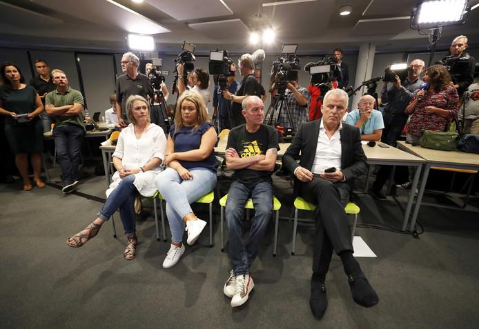 Moeder Berthie, zus Femke en vader Peter Verstappen (links) en rechts Peter R. De Vries, tijdens de persconferentie over de doorbraak in de zaak-Nicky Verstappen.