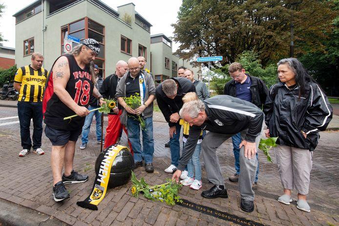 Supporters van Vitesse leggen bloemen bij het monument voor stadion Nieuw-Monnikenhuize onderaan de Dominicanenweg voor de overleden publiekslieveling Dejan Curovic.