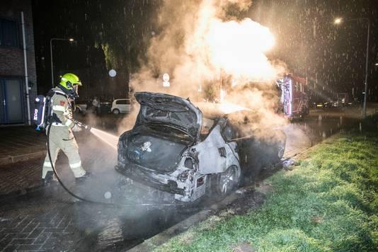 De brandende auto aan de Simon Vestdijksingel in Arnhem, vannacht.